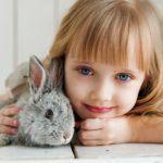 holka s králíkem